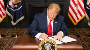 ترامپ درحال امضای تحریم ها علیه ایران