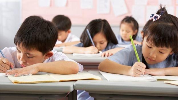 چین کودک دانش آموز مدرسه