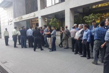 اعتراض دارندگان خودروهای پلاک عمومی در مقابل شورای شهر