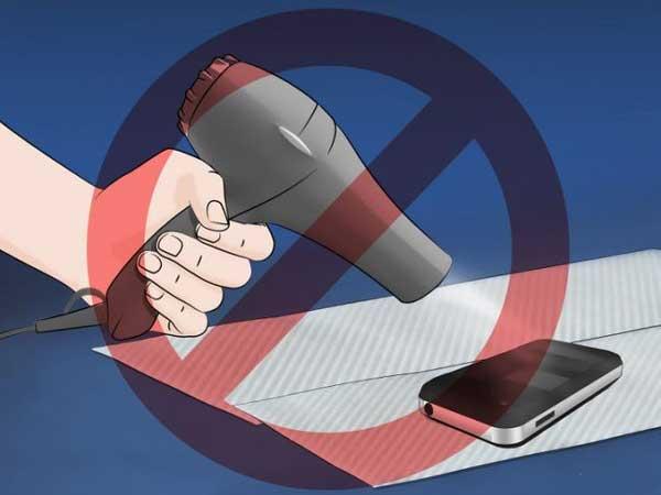 کارهایی که نباید با گوشی خیس و آب خوردهتان انجام دهید: اصلا از مکندههایی چون جارو و دمندههایی چون سشوار استفاده نکنید.