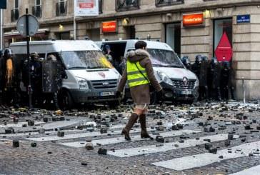پیروزی جلیقه زردهای معترض در مقابل دولت فرانسه/ طرح افزایش مالیات بر سوخت تعلیق شد