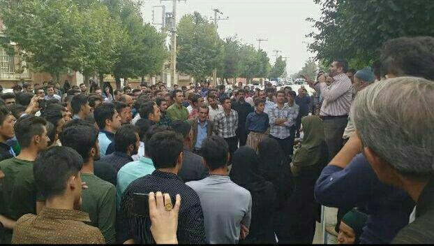 تجمع ایدز زدگان روستای چنار محمود لردگان مقابل فرمانداری